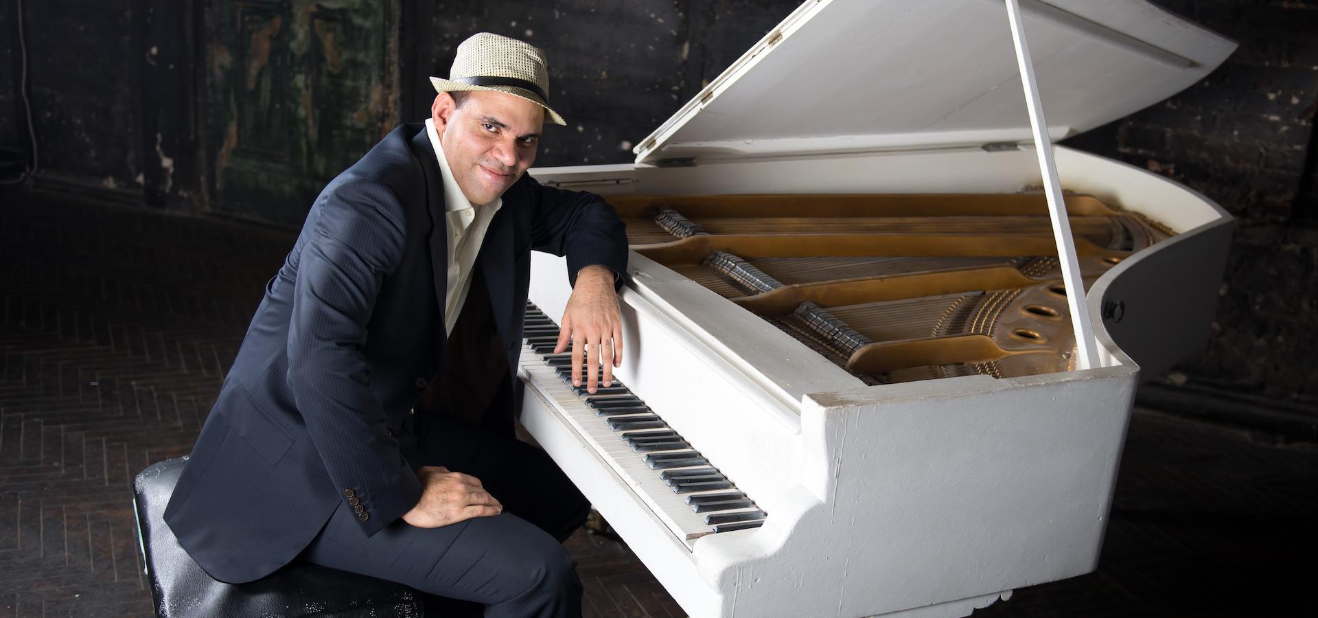 Sandor Torres Monteagudo (фортепиано). Время для троих. Концерт на летней веранде ДК ВДНХ фото